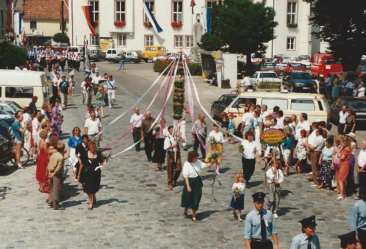 Stolz tragen die Vohburger Gartler zum ersten Mal eine geschmückte Blumenstange (statt Fahne) durch die Vohburger Straßen.