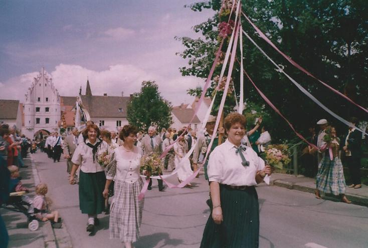 Eine geschmückte Blumenstange  auf dem Weg duch Vohburgs Straßen - die Vohburger Gartler nehmen am Festumzug des Schützenvereins teil.