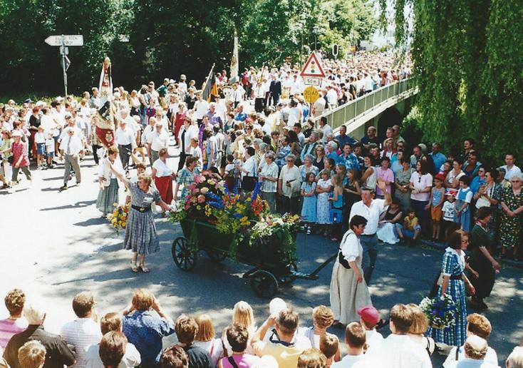 Mitglieder des Obst- und Grtenbauverein ziehen einen geschmückten Leiterwagen anläßlich der Fahnenweihe des TV Vohburg durch Vohburgs Straßen.