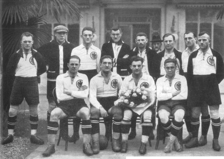 Le SpVgg Fürth champion d'Allemagne du Sud en 1923 (Resi est le 2ème en bas à gauche, assis aux côtés de Loni Seiderer qui tient le bouquet).