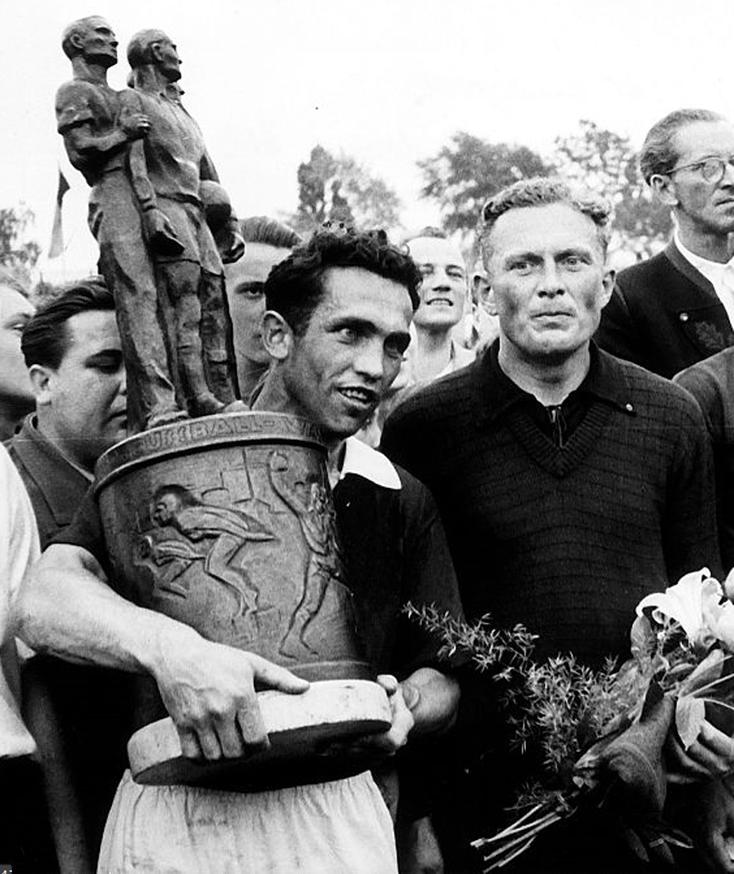 Bauer avec la Coupe de RDA dans les bras après la finale de 1955.