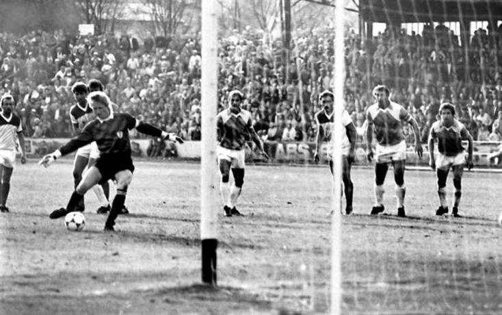 Le 18.10.1986, Jörg Weißflog marque sur pénalty contre le FC Karl-Marx-Stadt (1-1).
