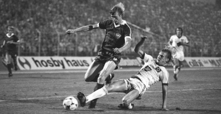 L'attaquant est-allemand dans un duel de C1 face au danois du Hamburger SV Lars Bastrup.