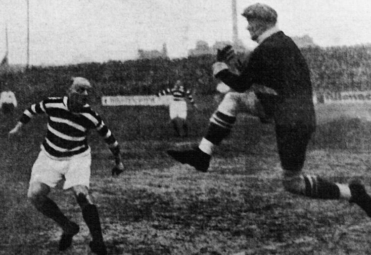 Jäger (à gauche) face à Götze, le gardien du Hertha Berlin en 1925 (Altona 93 - Hertha BSC : 5-3)