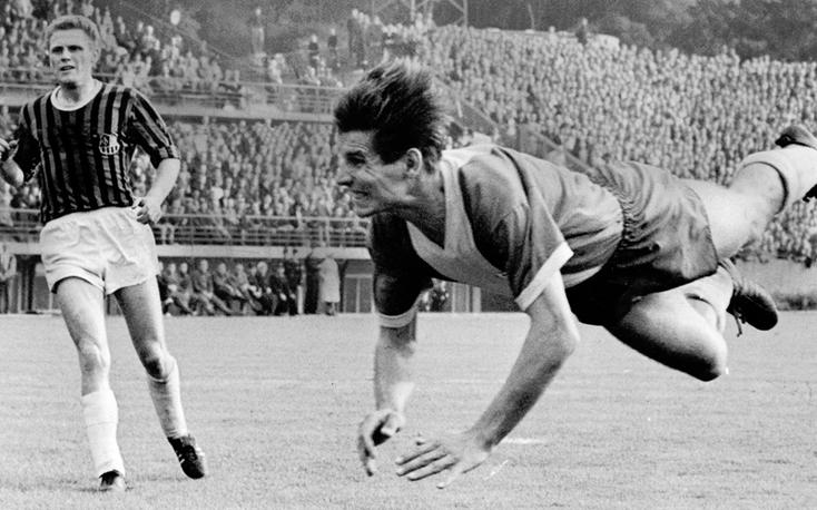 Klaus Gerwien attaque de la tête face au 1. FC Saarbrücken.