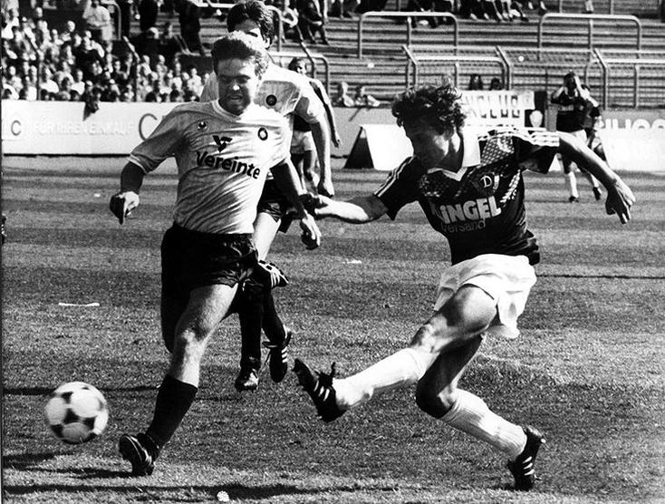 En championnat de RDA face au Lokomotive Leipzig.
