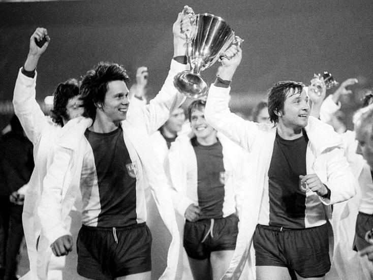 Jürgen Sparwasser (à gauche) et Manfred Zapf soulèvent la Coupe des Coupes en 1974.