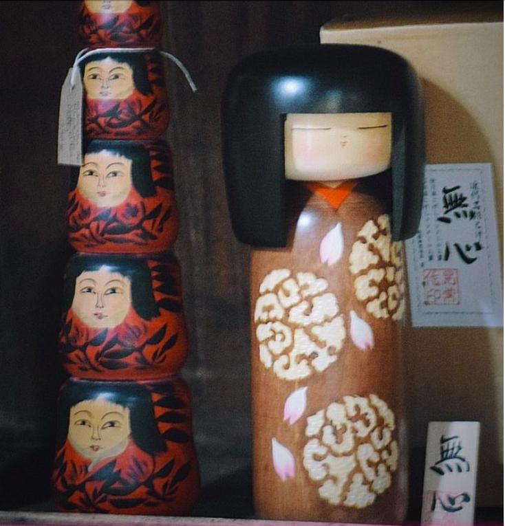 kokeshi, n°1 kokeshi Vintage, Vintage, Ancien, Kimono, kimono Japonais, Masques Noh, Masques Nô, Kanzashi Ancien, Plaques Emaillées Japonaises, Kokeshi Vintage, Kokeshi Ancienne, Céramique Japonaise, Vase ancien japonais S'assuma, Kutani