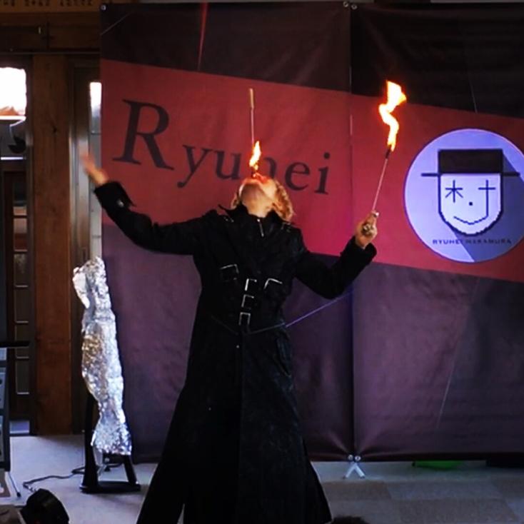 ファイヤーイーティングで火を咥えているマジシャンRYUHEI