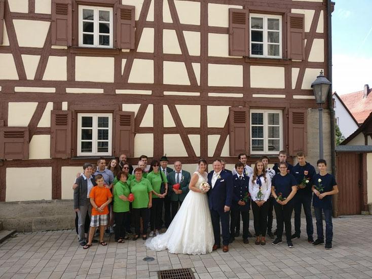 Unser Brautpaar Ute und Jürgen mit den Abordnungen aus dem Schützenverein und der FFW Grünsberg - Bild: Jana und Jörg Seybold
