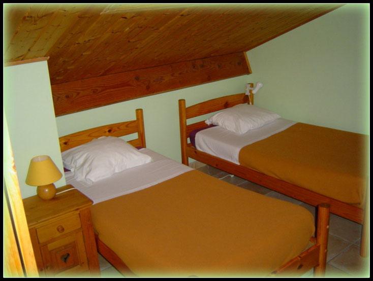 chambre pour deux personnes avec salle d'eau privée, lit larg 0.90m