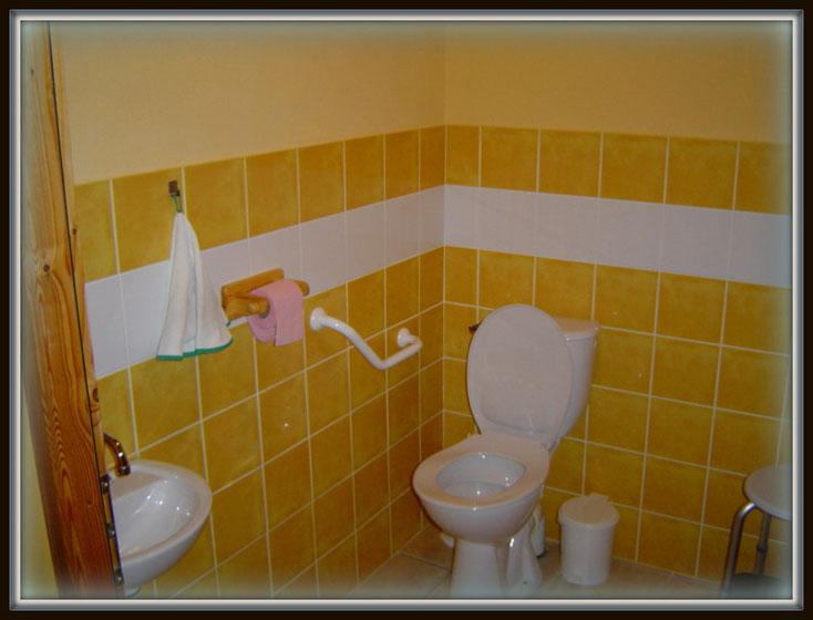 wc aménagée accessible au personnes a mobilité réduite