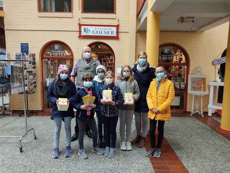 Schüler der Klasse 4d der Astrid Lindgren Grundschule, ihre Deutschlehrerin und Patrick Goeser von der gleichnamigen Buchhandlung in Rendsburg