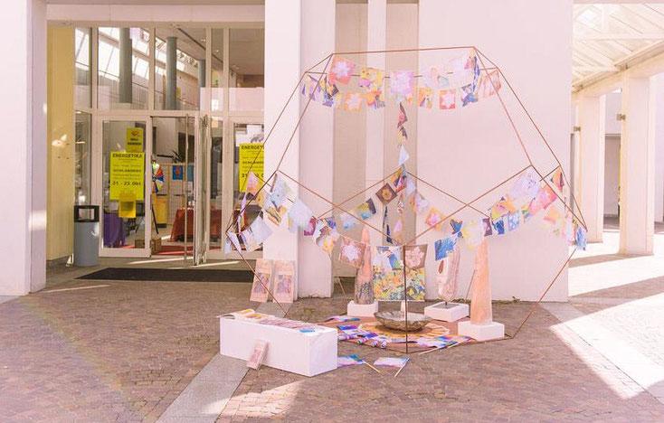 Foto: Dodekaeder mit bunter Dekoration zum Worldpeaceprojekt - Aktion mit Friedenfahnen im Eingangsbereich