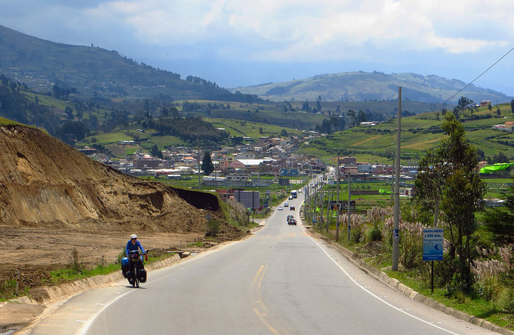 Nach Riobamba wird die Strasse schmaler, der Verkehr lässt nach.
