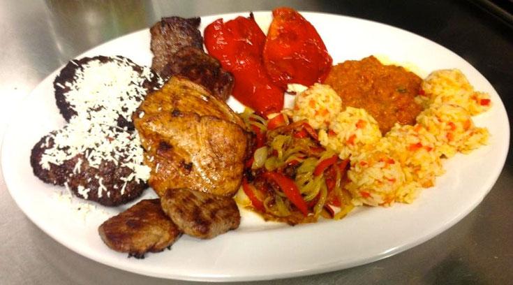 Pljeskavica mit Schafskäse, verschiedene Fleischsorten, Paprika-Zwiebel-Gemüse, Djuveč-Reis, gefüllte Paprika und selbst gemachtes Ajvar