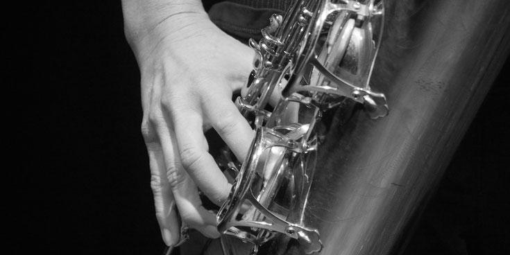 hand greift auf bariton saxofon