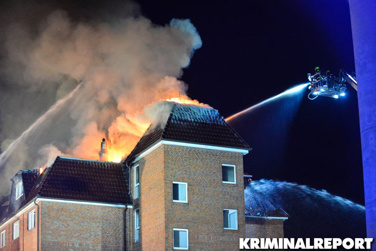 Die Feuerwehr bekämpft den Brand mit mehreren Drehleitern und Werfern von außen.|Foto: Kevin Wuske