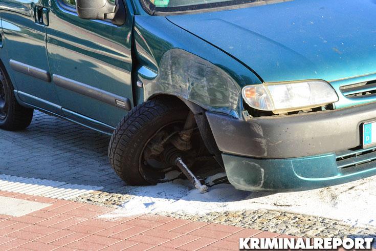 Bei dem Aufprall wurde der Fahrer verletzt, am Fahrzeug entstand erheblicher Sachschaden.|Foto: Dennis Brätsch