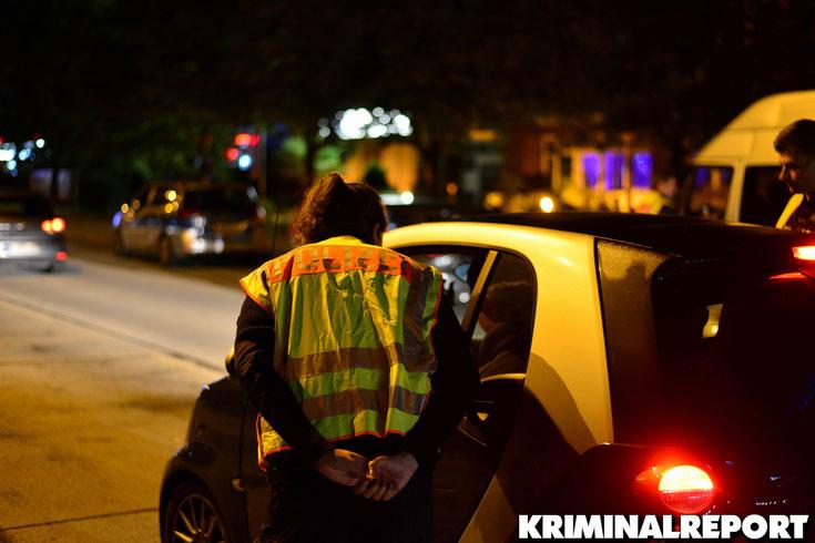Die Beamten kontrollieren einen Smart. Der junge Mann darf seinen Weg wenig später fortsetzen.|Foto: Dennis Brätsch