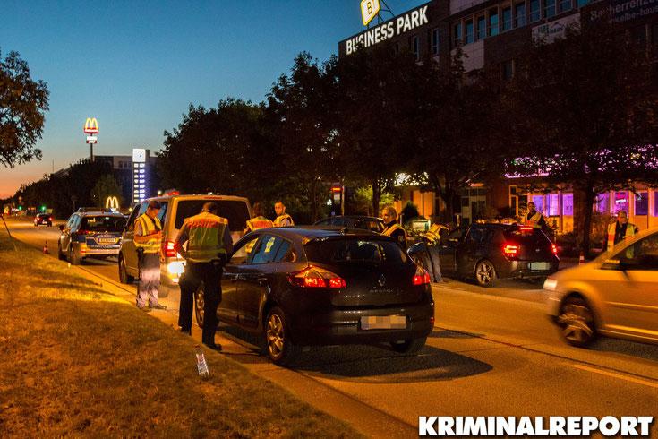 Die Beamten kontrollieren mehrere Fahrzeuge.|Foto: Christopher Sebastian Harms