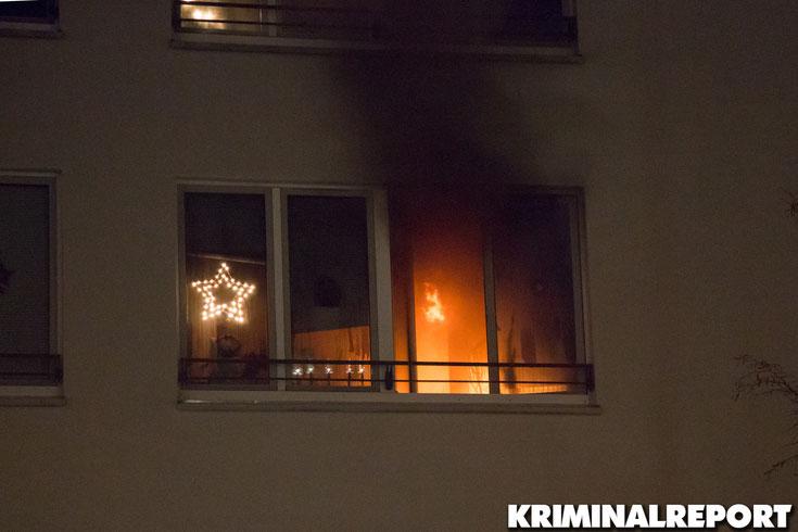 Das Feuer bereitete sich aus, Rauch steigt aus dem Fenster.|Foto: Christopher Sebastian Harms