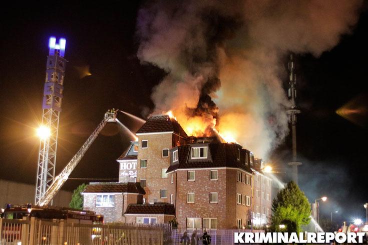 Die Feuerwehr löscht den Brand.|Foto: Franz Talke