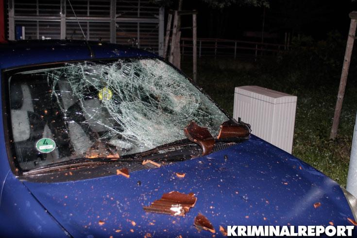 Zwei Fahrzeuge sind durch herabfallende Gegenstände stark beschädigt worden.|Foto: Franz Talke