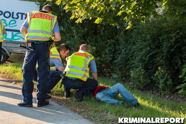 Der Mann brach neben der Kontrollstelle zusammen. Die Beamten versorgten ihn bis zum Eintreffen eines Feuerwehr Rettungswagens.|Foto: Christopher Sebastian Harms