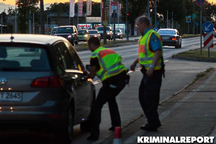 Die Beamten eilen zu ihrem Fahrzeug um den Mercedes zu verfolgen.|Foto: Christopher Sebastian Harms