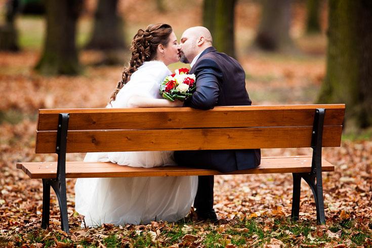 Deux jeunes mariés lors de leur mariage automnale !