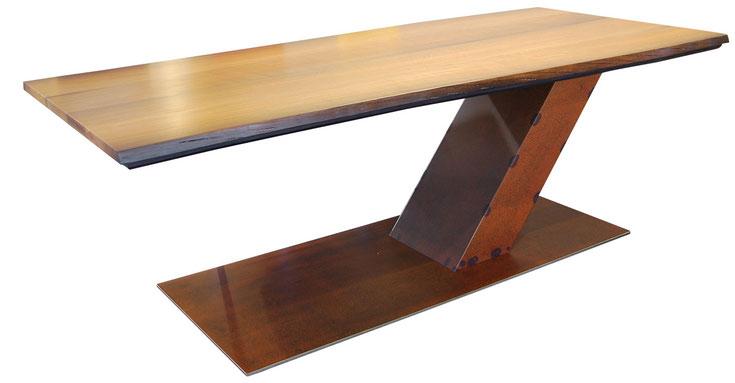 Esstisch mit Platte aus Mooreiche, schräger Cortenstahl-Fuß auf Bodenplatte