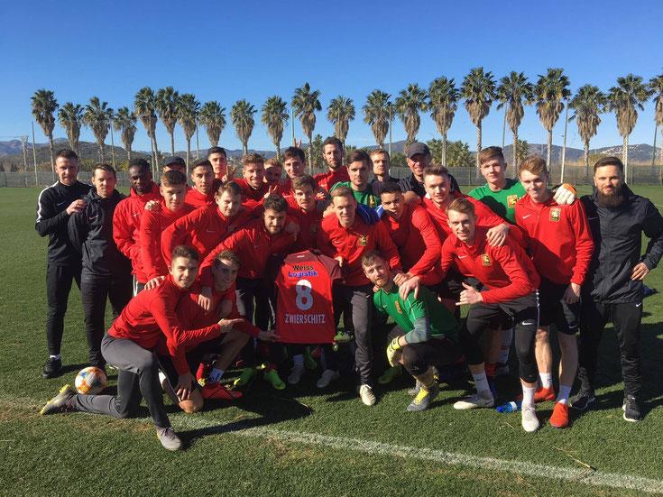 Admira Wacker Trainingslager Spanien ganze Mannschaft grüßt Stephan Zwierschitz