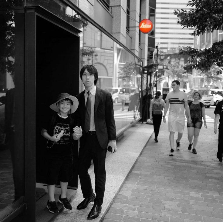 写真: leica 銀座本店前での記念写真