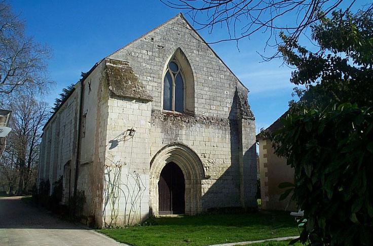 photo de la façade de la chapelle de la commanderie d'Auzon - portail roman baie gothique et contreforts