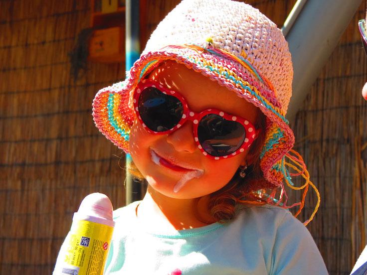 Kleines Mädchen, Eis essen, Sommer, Sonnenhut, Sonnenbrille