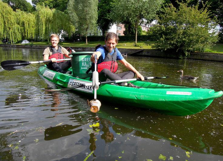 Unterwegs mit einem GreenKayak auf dem Osterbekkanal in Hamburg-Barmbek: Jan Dube von der Hamburger Behörde für Umwelt und Energie (vorn) und Oke Carstensen. Foto: Christoph Schumann, 2020
