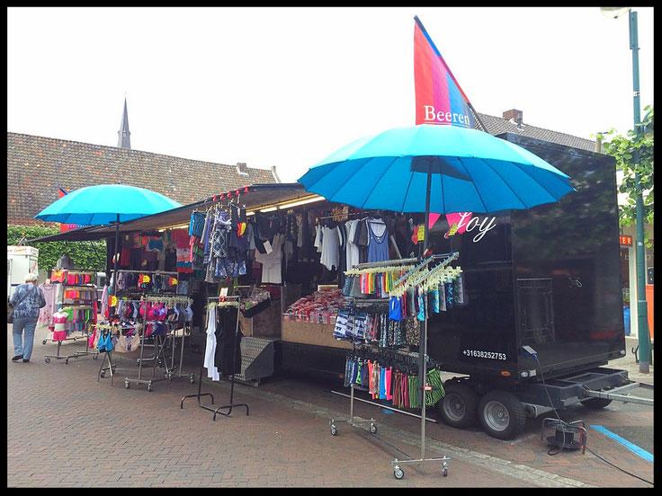 Marktkraam van Boutique NJoy (Joyce en Paul), weekmarkten in Brabant; Budel, Bladel, en de zaterdagmarkt op de Kruisstraat in Woensel, Eindhoven.
