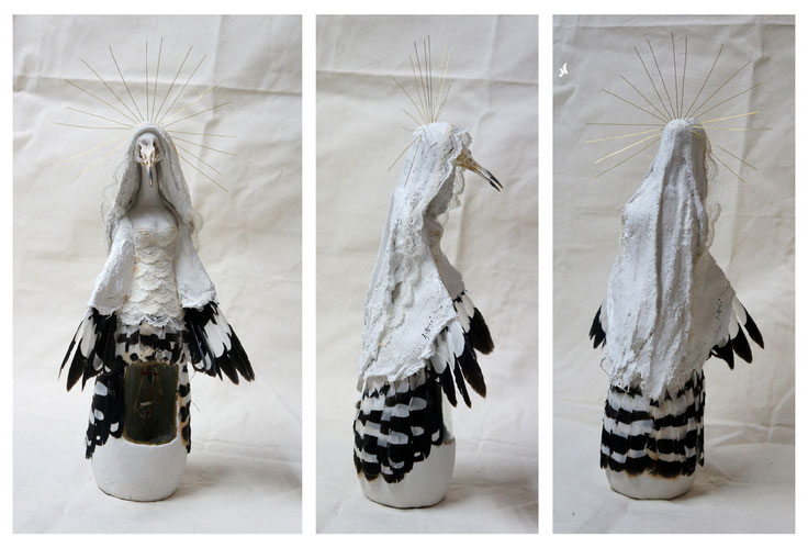 """""""Oiseau-Vierge de Huppe"""" /  Squelette et plumes de huppe, bouteille, plâtre, dentelle, fil de fer / h.32cm / Kinder-k 2012"""