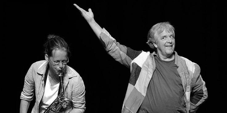 Anne Wiemann spielt Bariton Saxofon. Neben ihr steht ihr Kollege Peter Markhoff. Sie spielen das Kindertheaterstück Elmar der Elefant.