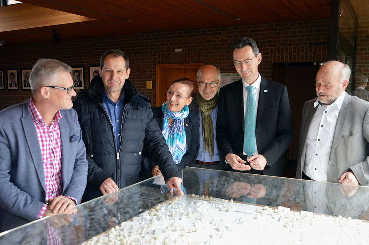 v.l.n.r. Daniel Farnung, Thomas Iseke (FDP-Ratsherr Neustadt), Christiane Hinze, Klaus Nagel, Uwe Sternbeck (Bürgermeister von Neustadt) und Gerhard Kier