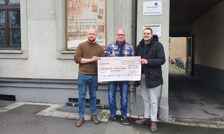 """Im Bild v.l.: Vorsitzender """"Eisbären e.V."""", Pfarrer Wolfgang Bier, Vorstandsmitglied Roland Stengl, Michael Thiergärtner und Werner Schühler (Christophorus-Gesellschaft)"""