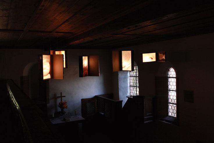 Die Reise, Fünf Koffer, Großbilddia auf Acrylglas, LED-Leuchtmittel Fotografieinstallation in der Stephanskirche 36 37 in Ebertsheim, 2012