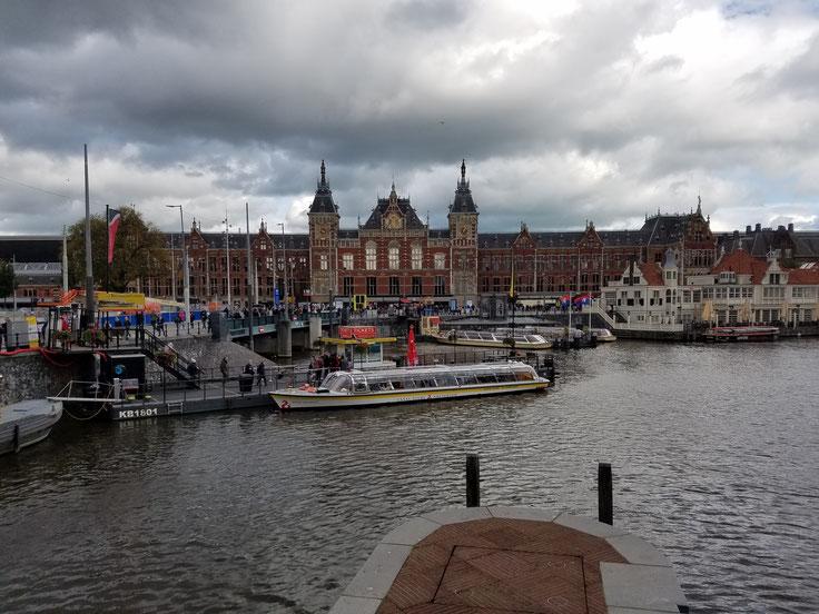 Centraal Station, Amsterdamer Hauptbahnhof am Fluss Amstel