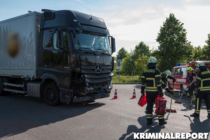 Der LKW wurde am Führerhaus beschädigt, der Fahrer bleib unverletzt.|Foto: Christopher Sebastian Harms