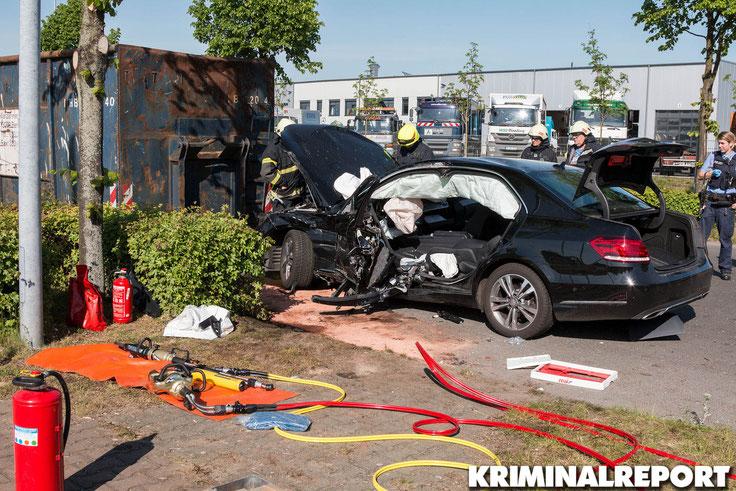 Die Feuerwehr musste den Fahrer aus dem Mercedes schneiden.|Foto: Christopher Sebastian Harms