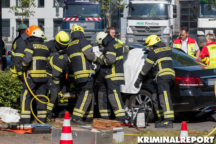 Die Einsatzkräfte der Feuerwehr befreien den Fahrer aus seinem PKW.|Foto: Christopher Sebastian Harms