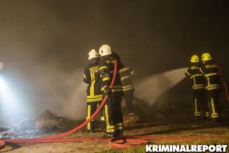 Feuerwehrleute löschen das Feuer. Foto: Franz Talke