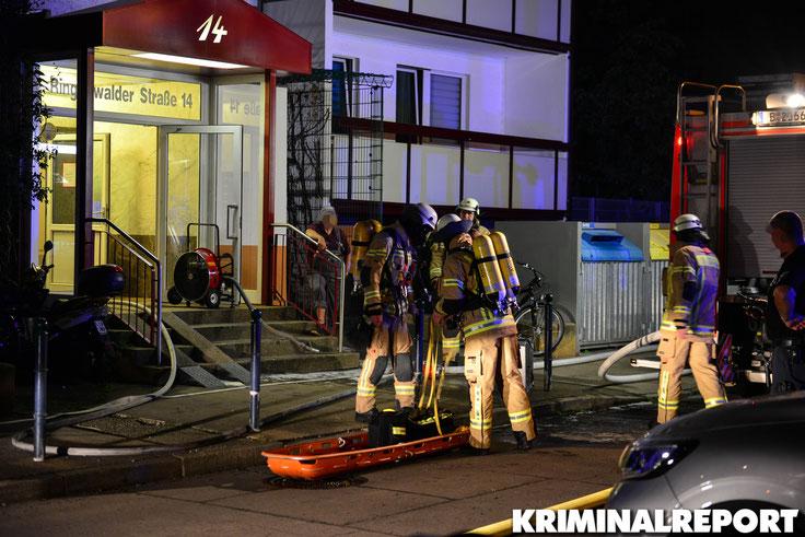 Einsatzkräfte der Feuerwehr am Einsatzort.|Foto: Kevin Wuske