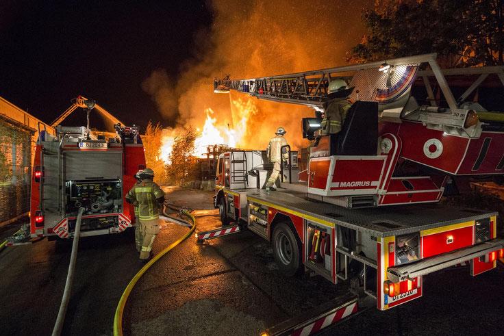 Die Feuerwehr löscht den brand.|Alle Fotos: Christopher Sebastian Harms